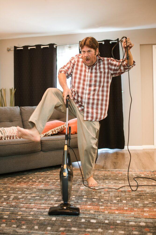 Het Gezinsleven - Lifestyle - Huishouden - 5x Het huishouden bijhouden! - Man is druk bezig met stofzuigen