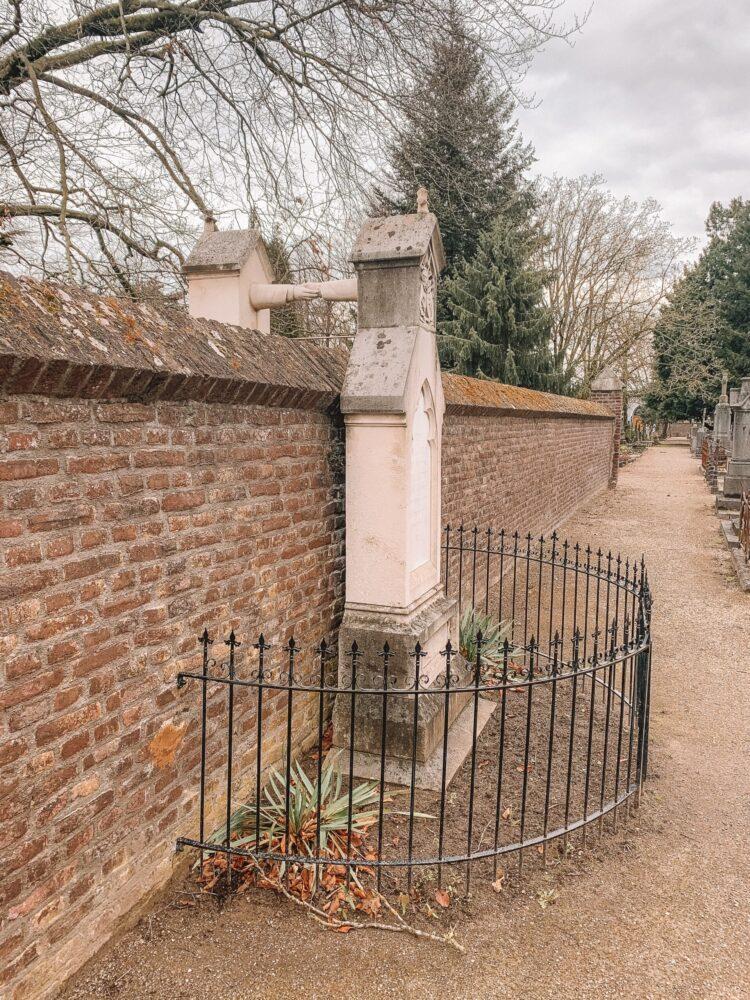 Het Gezinsleven - Uitstapjes - Bezienswaardigheden in Roermond - het graf met de handjes