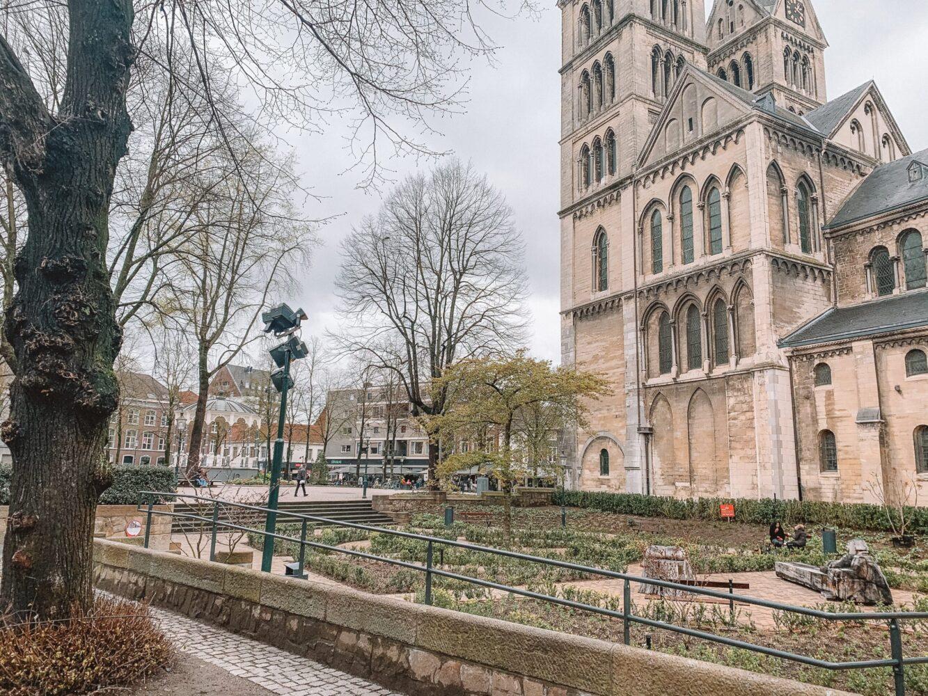 Het Gezinsleven - Uitstapjes - Bezienswaardigheden in Roermond - Munsterkerk aan het Munsterplein met de tuin