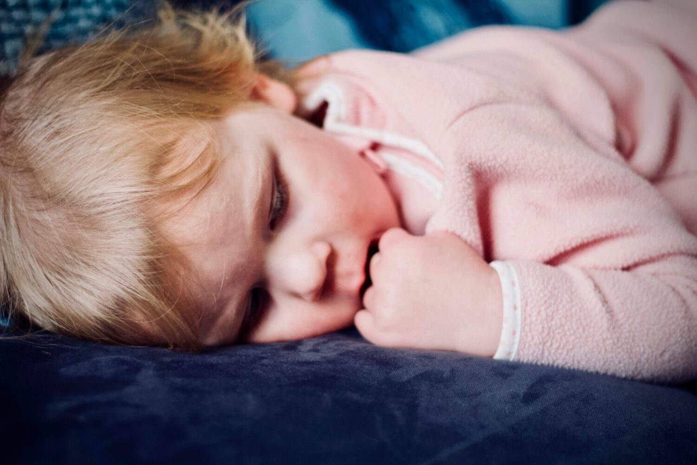 Het Gezinsleven - Moeder en Kind - Moeders - Hoeveel slaap heeft een kind nodig? - Een peuter ligt lekker te slapen