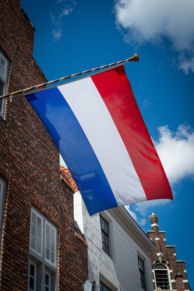 Het Gezinsleven - Gezinsactiviteiten - Feestdagen - Koningsdag 2021 - Nederlandse vlag wappert in de wind