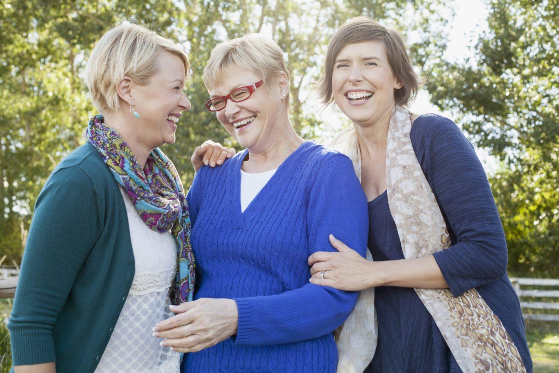 Het Gezinsleven - Lifestyle - Mindset - Lachen is gezond! - Moeder lacht met haar twee volwassen dochters