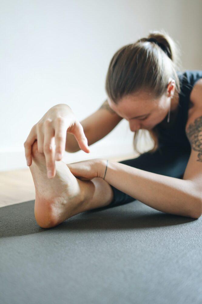 Het Gezinsleven - Lifestyle - Sporten - Spierpijn voorkomen - Man doet stretch oefeningen
