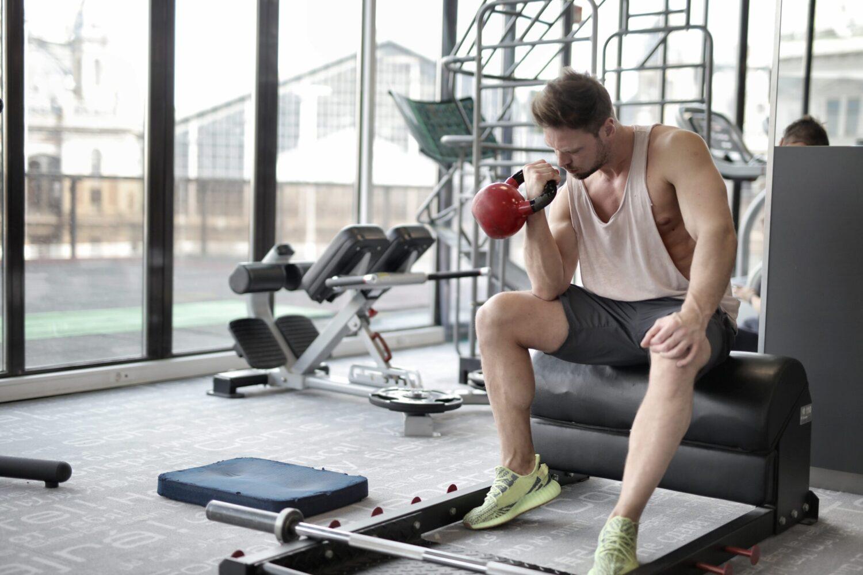 Het Gezinsleven - Lifestyle - Sporten - Spierpijn voorkomen - Man doet kracht training