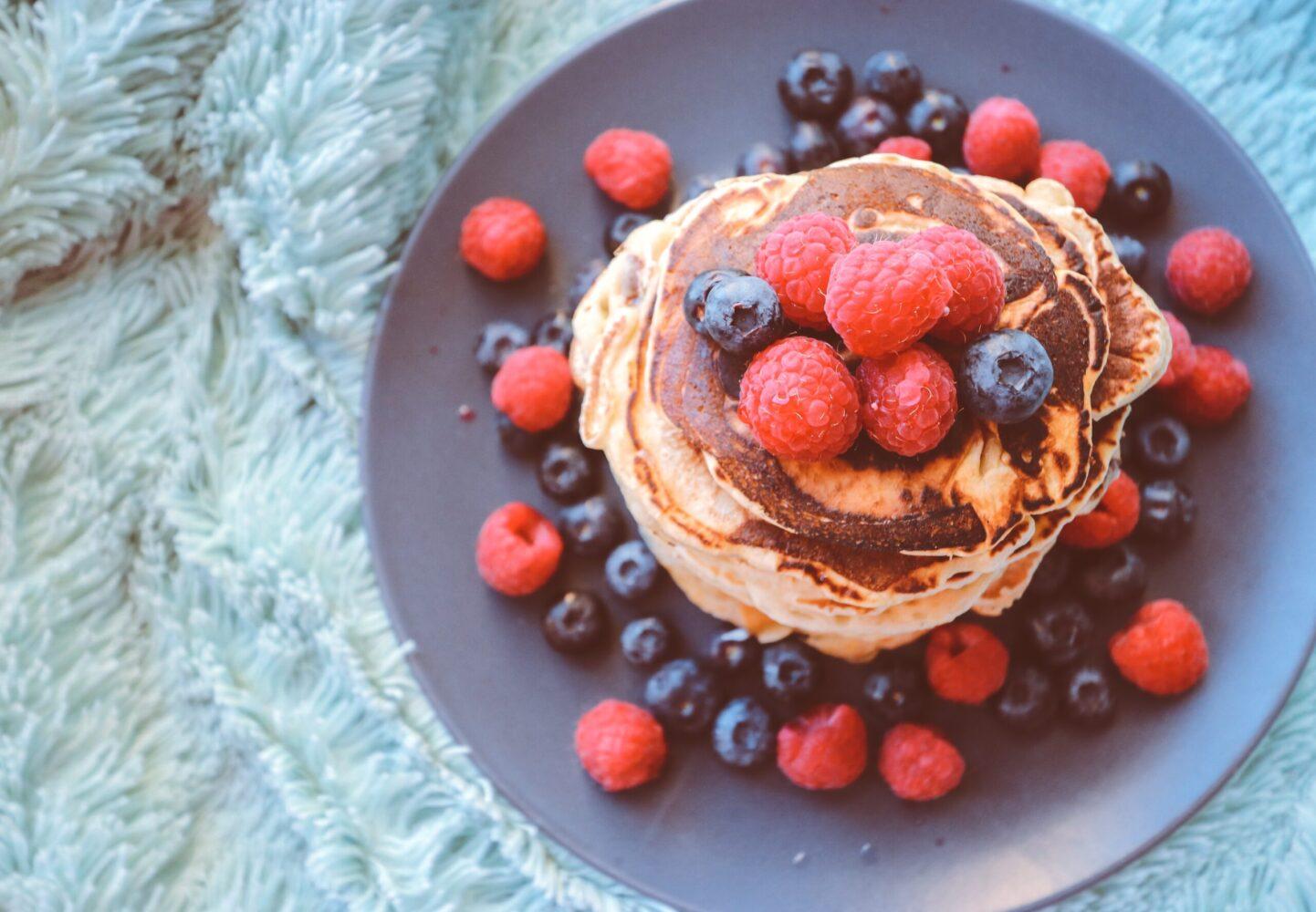 Het Gezinsleven - Lifestyle - Koken en recepten - Bananenpannenkoek - Geserveerd met blauwe bessen en frambozen