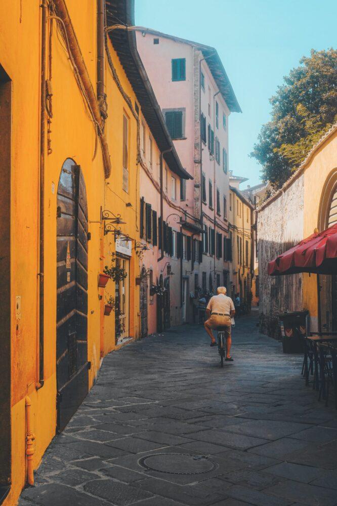 Het Gezinsleven - Vakanties - Europa - De 10 mooiste steden in de Toscane - Pittoresk straatje in Lucca