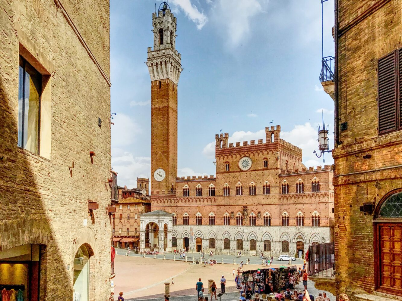 Het Gezinsleven - Vakanties - Europa - De 10 mooiste steden in de Toscane - Piazza del Campo e Torre del Mangia in Siena