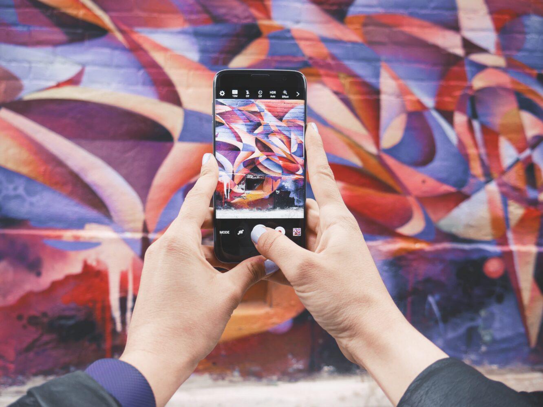 Het Gezinsleven - Lifestyle - Mindset - Social media detox: 10 praktische tips - foto maken van een graffiti muur