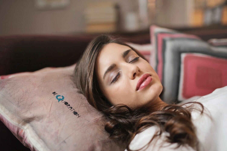 Het Gezinsleven - Lifestyle - Mindset - Tips voor de perfecte powernap - Vrouw slaapt op hoofdkussen