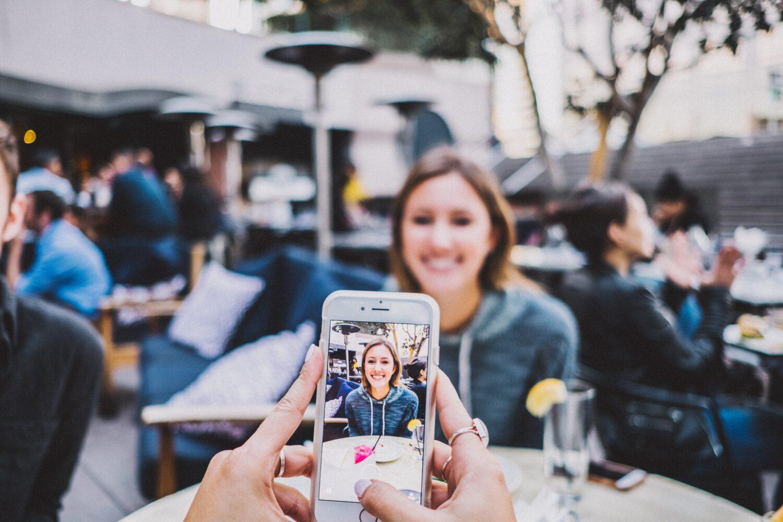 Het Gezinsleven - Lifestyle - Mindset - Social media detox: 10 praktische tips - Foto van jullie drankje op het terras