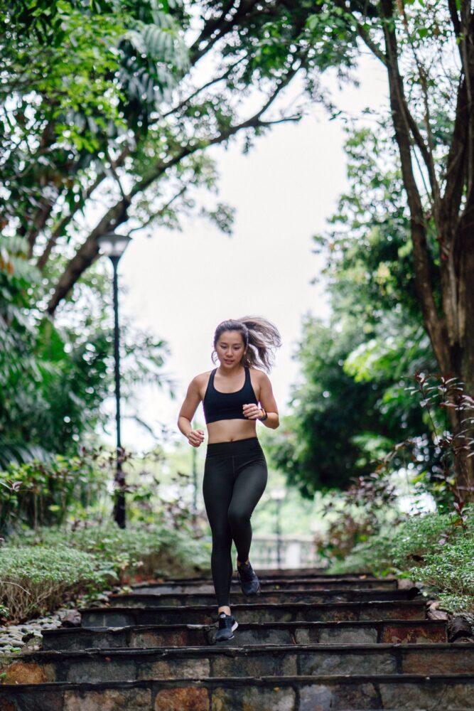 Het Gezinsleven - Lifestyle - Sporten - Last van steken tijdens het hardlopen? Lees de 4 gouden tips! - Vrouw is aan het hardlopen