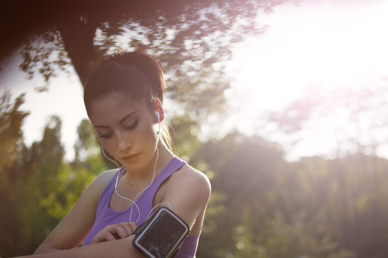 Het Gezinsleven - Lifestyle - Sporten - Last van steken tijdens het hardlopen? Lees de 4 gouden tips! - Vrouw is klaar voor haar hardloopsessie
