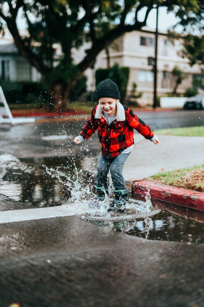 Het Gezinsleven - Moeder en Kind - Moederskindje: wat als jouw kind alleen maar bij jou wil zijn? - Spetteren in de plassen water
