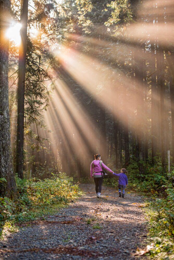 Het Gezinsleven - Moeder en Kind - Moeders - Hoe zorg je voor een goede hechting met je kind? - Samen door het bos wandelen