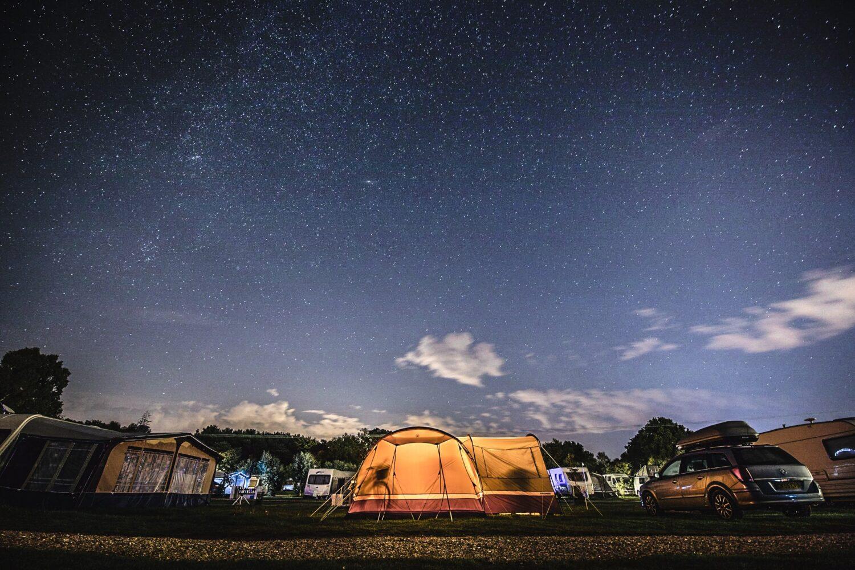 Het Gezinsleven - Vakantie - Autovakantie - Tent, vouwwagen, caravan of camper? Kamperen kun je leren deel 2! - Vouwwagen op de camping in de nacht