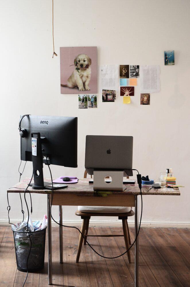 Het Gezinsleven - Lifestyle - Interieur en exterieur - Hoe creëer je de perfecte werkplek? - Werkplek met monitor en laptopstandaard