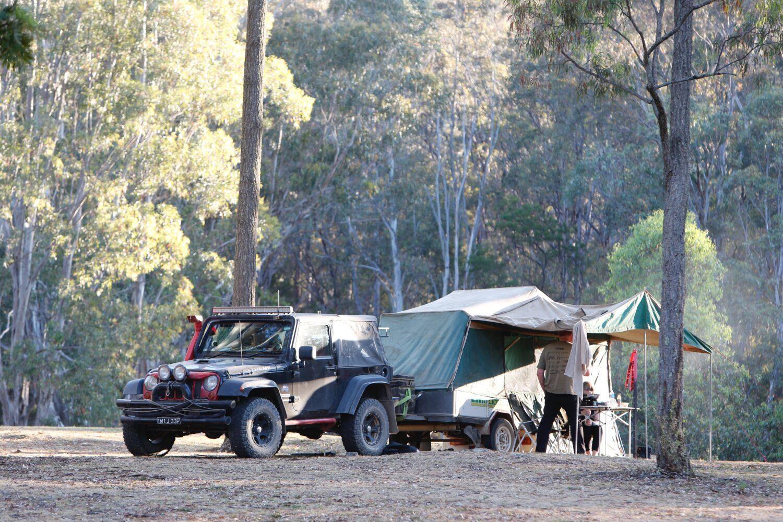 Het Gezinsleven - Vakantie - Autovakantie - Tent, vouwwagen, caravan of camper? Kamperen kun je leren deel 2! - Vouwwagen in het bos met auto ervoor