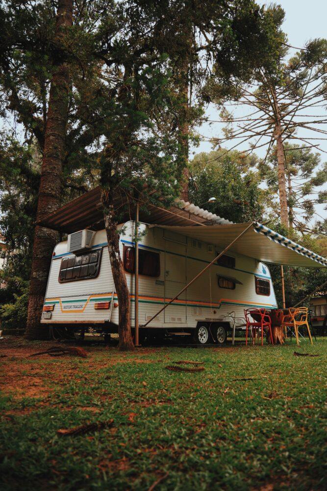Het Gezinsleven - Vakantie - Autovakantie - Tent, vouwwagen, caravan of camper? Kamperen kun je leren deel 3! - Caravan in het bos