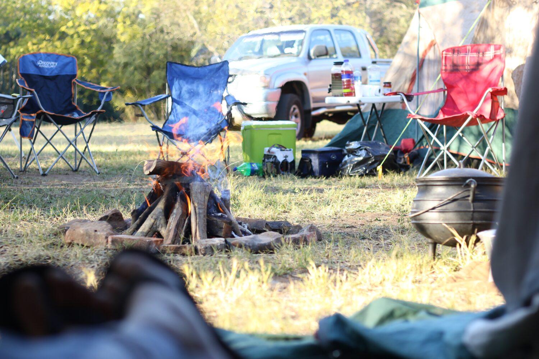 Het Gezinsleven - Vakantie - Autovakantie - Tent, vouwwagen, caravan of camper? Kamperen kun je leren deel 2! - Vouwwagen met kampvuur op de camping