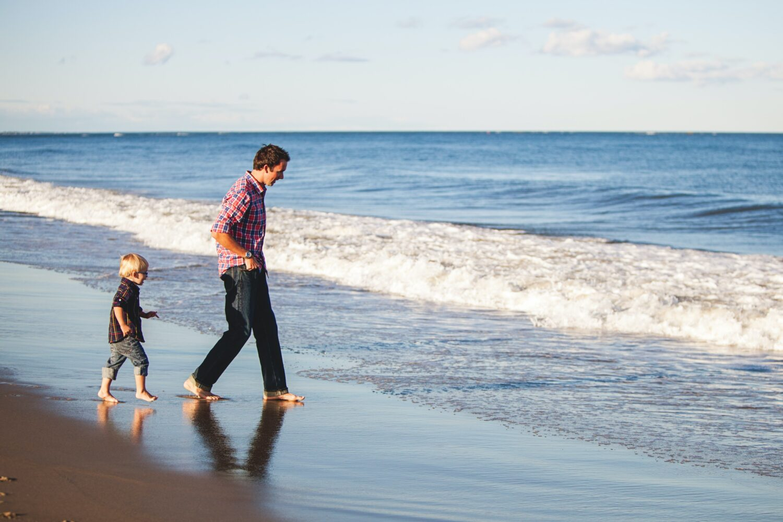 Het Gezinsleven - Moeder en Kind - Moederskindje: wat als jouw kind alleen maar bij jou wil zijn? - Samen op het strand