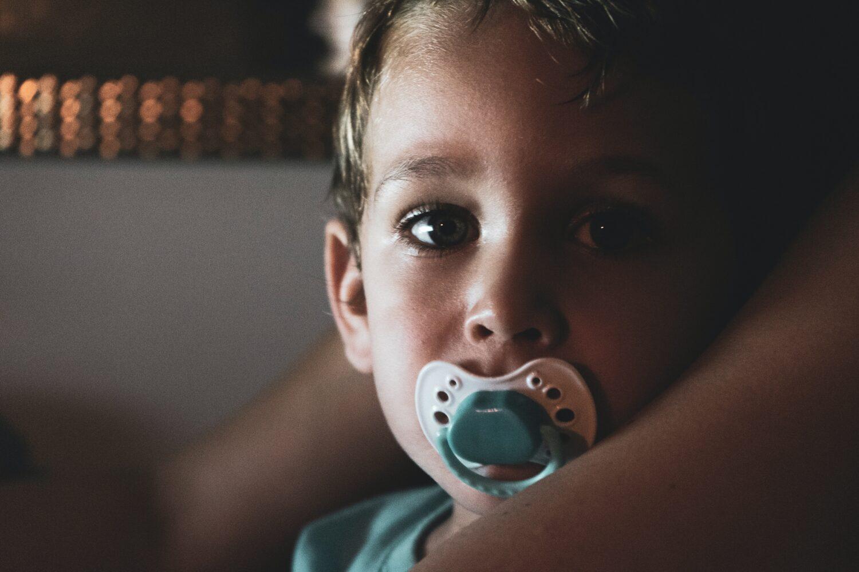 Het Gezinsleven - Moeder en Kind - Baby - Duimen of toch een fopspeen? - Jongen met fopspeen