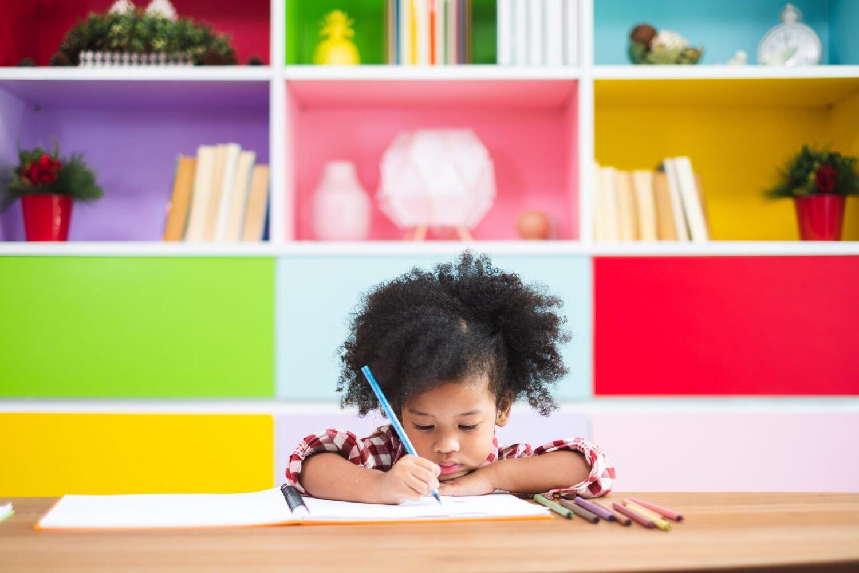 Het Gezinsleven - Moeder en kind - Kinderen 1-4 jaar - Ontwikkeling van de woordenschat bij kinderen - Meisje leert schrijven met kleuren