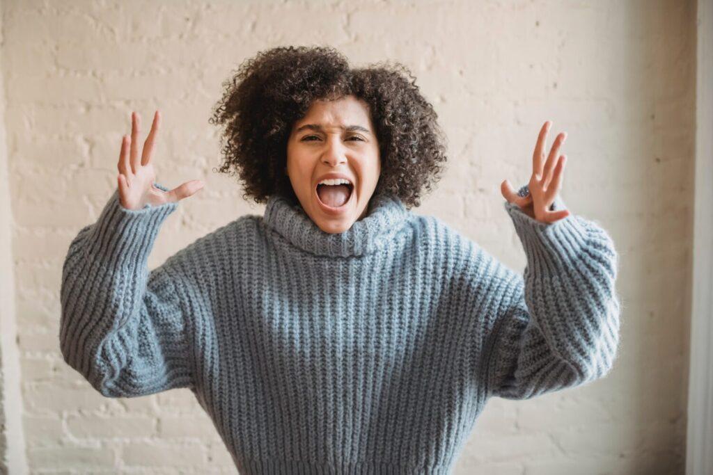 Het Gezinsleven - Lifestyle - Mindset - Eerste hulp bij piekeren - Vrouw schreeuwt het uit van de stress