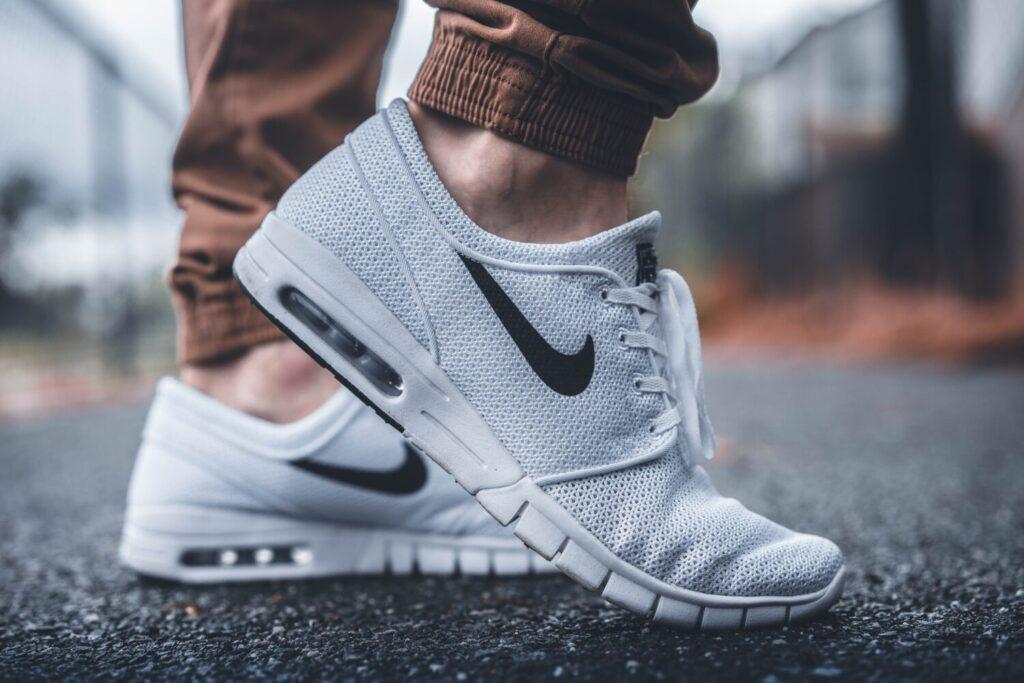 Het Gezinsleven - Lifestyle - Dames Mode - Heren Mode - Witte sneakers wit houden - Wandelen met witte sneakers