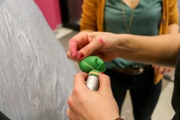 Testen met een ballon op binnenband en metalen tussen stuk
