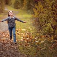 meisje rennend door bos vrij