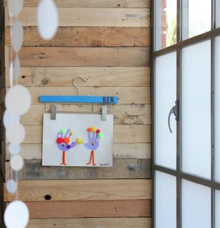 accrocher dessins avec cintres en bois
