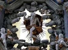Figur am Altar mit goldenen Gewand