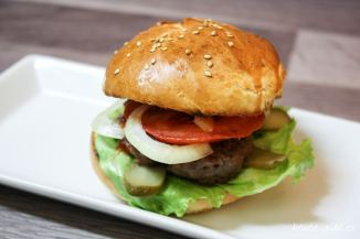 leckerer Burger mit selbstgebackenen Burger Buns