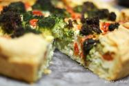 Tarte mit Zucchini, Tomate, Brokkoli und Ziegenkäse