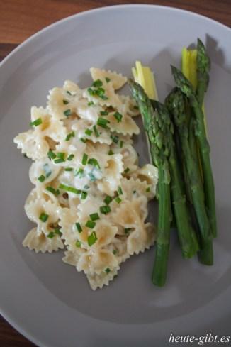 Pasta mit Ziegenkäsesauce und Spargel