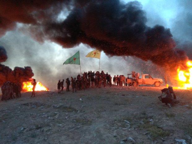 «Анархистская борьба» вместе с другими бойцами YPG/YPJ отмечают победу над ИГИЛ в Бахузе