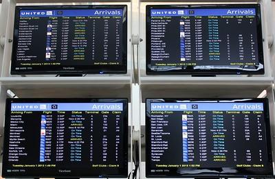 Skjermer som viser ankomtstider på en flyplass