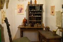 Alchimistische Kammer mit Totenschädel, Flaschen für Tinkturen und Flüssigkeiten