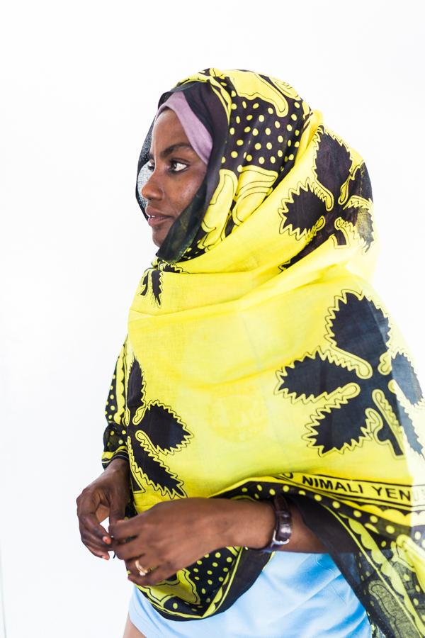 Aiyasha wearing the kanga at the Seaweed Center, Paje, Zanzibar | @dipyourtoesin