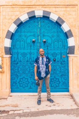 Omo in front of blue door in Tunisia | Chat26