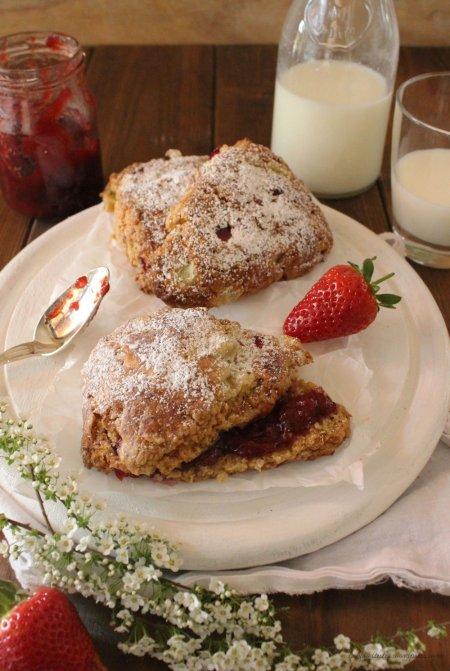 Rezept für Scones mit Erdbeeren und Rhabarber