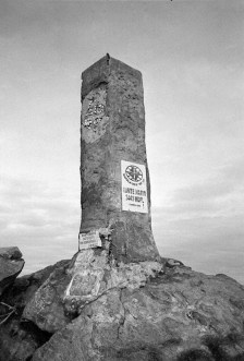 Triangulation pillar with two different altitude marks