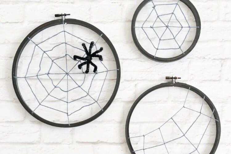 DIY spooky Halloween spider hoops from embroidery hoops