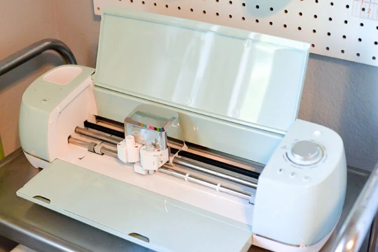 What is the Cricut Explore machine and what does it do? If all of your friends have this amazing electronic cutter, but you're clueless about what it is and what you can do with it, this post is for you.