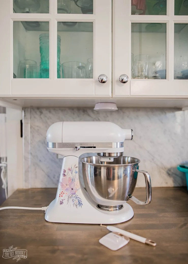 Dress up that countertop mixer with this sweet and elegant watercolor mixer decal. Grab the pattern and plans from thediymommy.com.