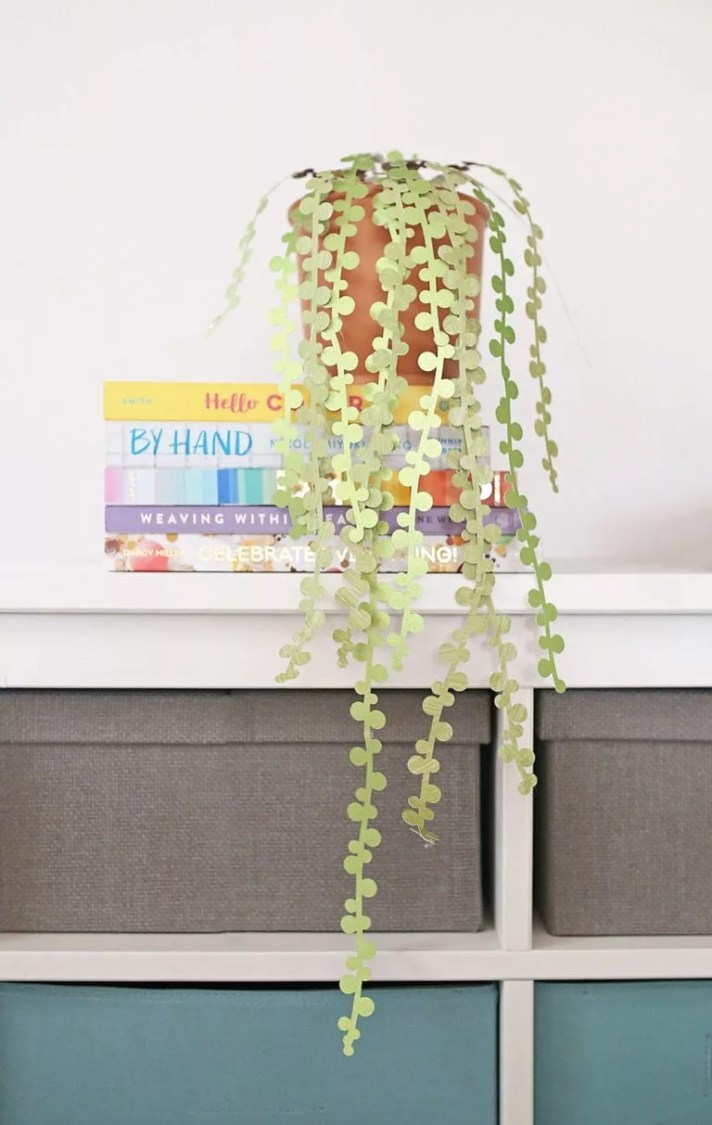 I love paper succulents, maybe it's because I'm incapable of killing them. These DIY paper succulent pearls from shrimpsaladcircus.com is whimsical, fun and simple to put together.