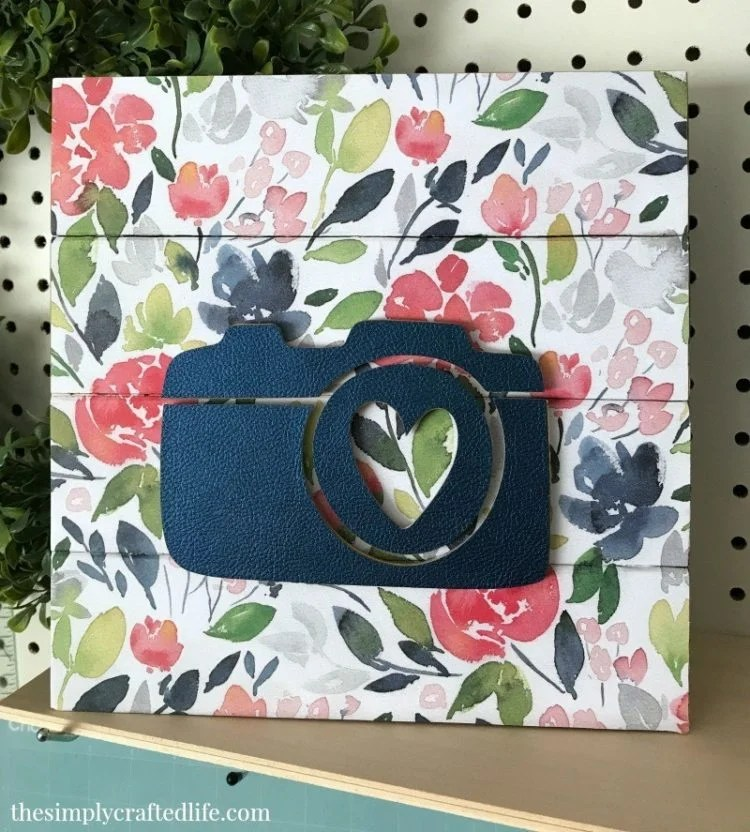 How adorable is this DIY wooden sign from thesimplycraftedlife.com? I love the floral pattern and that 3D camera! Perfect for a home office or guest bedroom.