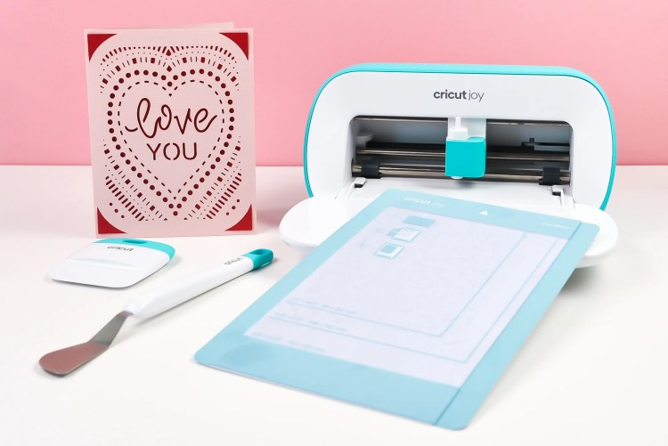 Cricut's newest cutting machine makes cards in a snap! The Cricut Joy Card Mat makes it SO easy to make all sorts of greeting cards for birthdays, baby and bridal showers, holidays, anniversaries, and more!