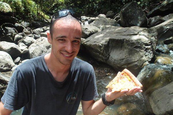 ハイキングの昼食にピザを持参してきたジョー