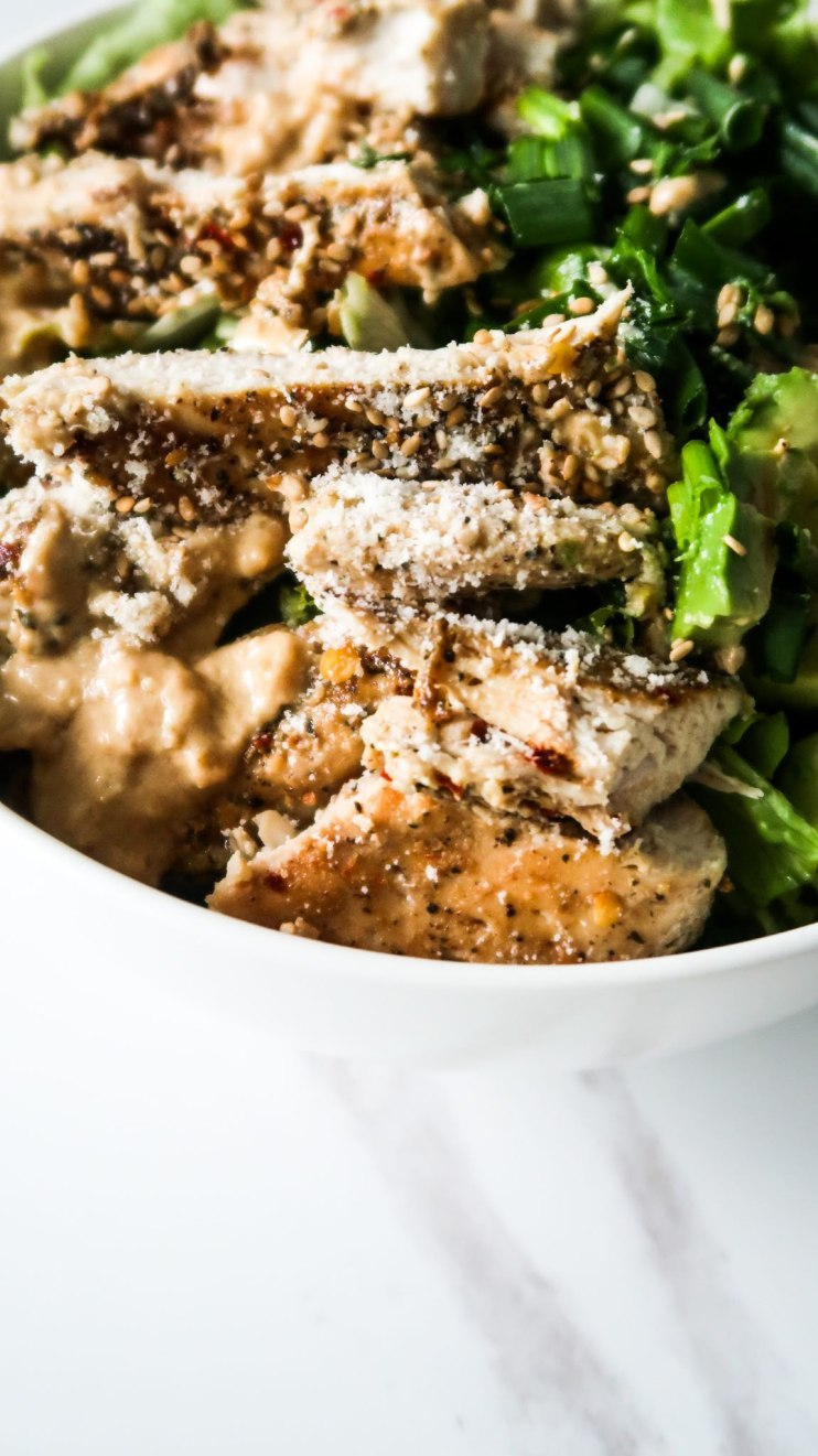 Healthy avocado chicken salad recipe! This easy keto chicken salad recipe is absolutely delicous and you'll want to eat it every day! Fresh, full of flavor, filling, but also light! A low carb salad recipe that is perfect for lunch or dinner and is gluten-free! Keto chicken recipe | Low carb chicken recipe